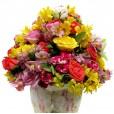 Arranjo Grande de Astromélias, Mini Rosas e Rosas Nacionais em cachepot florido
