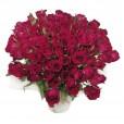 Arranjo com 60 rosas nacionais em vaso de vidro