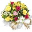 Arranjo com Rosas Nacionais e Astromélias em Vaso de Vidro