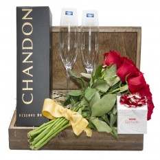 Fascination Chest II - Rustic Bouquet with 12 National Roses, Chandon, 2 cups and Rafaello