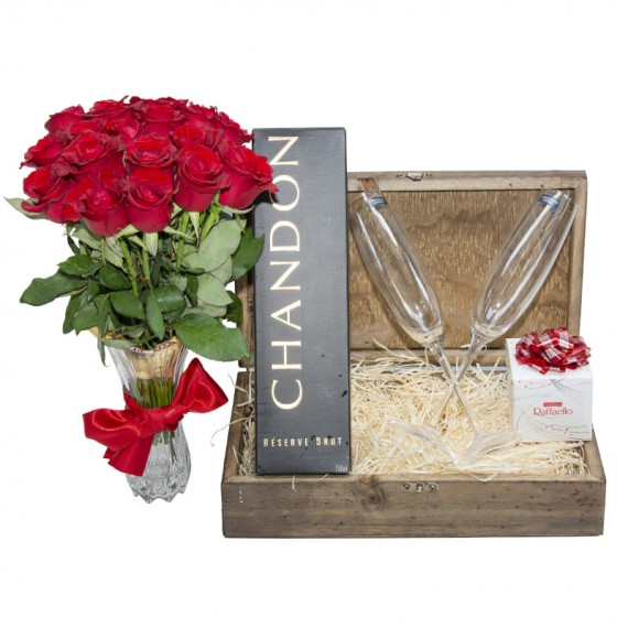 Desire Chest - Arrangement with 18 National Roses, Chandon, 2 cups and Rafaello