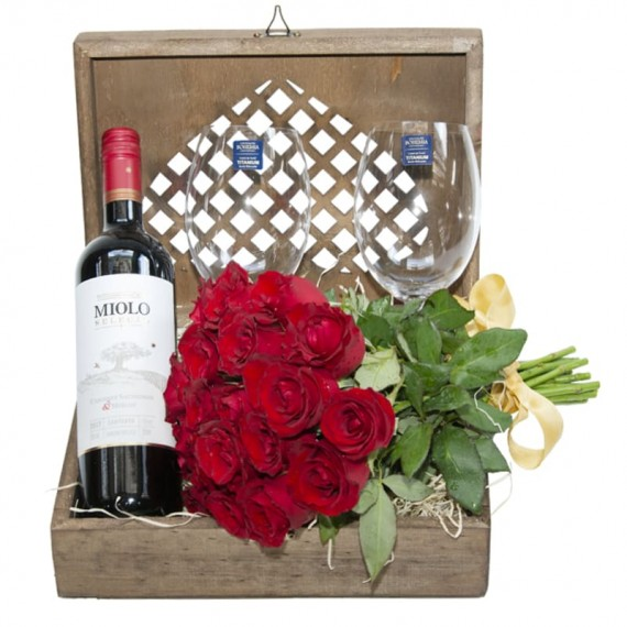 Elegance Chest II - with Selection Wine, 02 glasses and Bouquet with 24 Red National Roses
