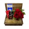 Baú Surpresa Tradicional 2 - Arranjo Rosas Colombianas e 3 Chocolates Lindt