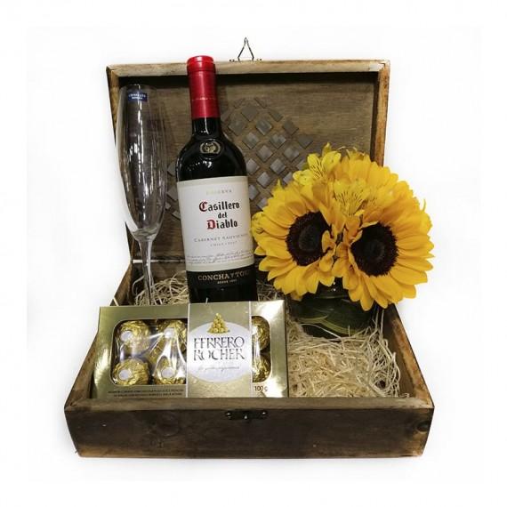Baú Requinte Tradicional - Vinho, Taça, Ferrero Rocher e Arranjo de Girassol
