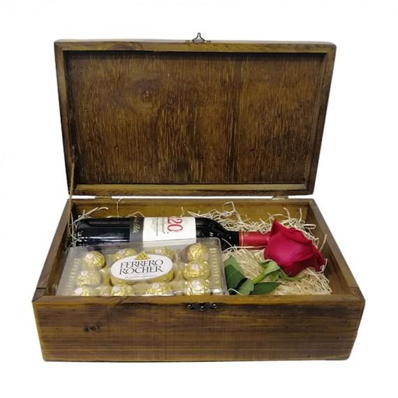 Baú de Madeira com Vinho, Rosa e Ferrero Rocher