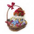 Cesta de Chocolates com Arranjo de Rosas importadas e Astromélias