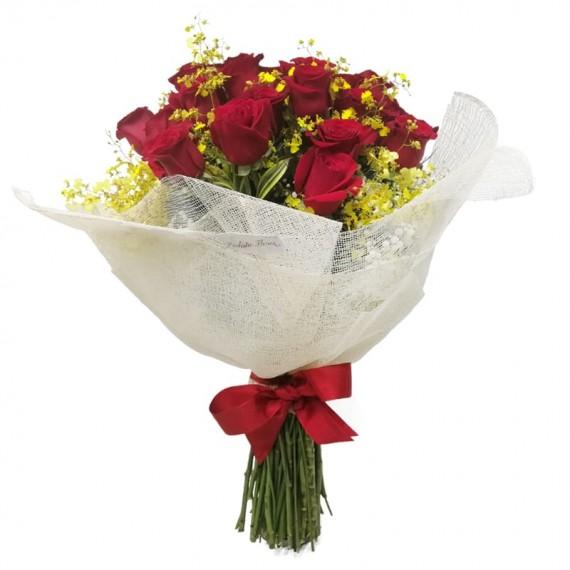 Buquê com 24 Rosas Colombianas e Chuva de Ouro