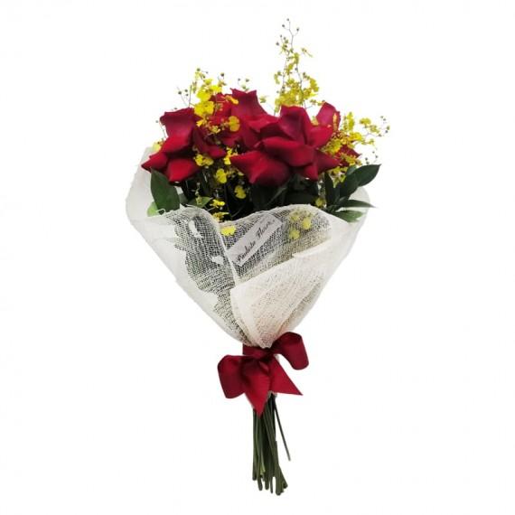 Buquê com 05 Rosas Colombianas e Mini Orquídeas Chuva de Ouro